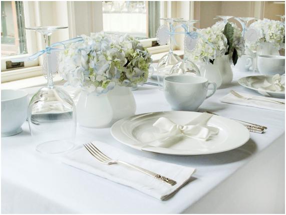 Decorar la mesa vajilla blanca clásica