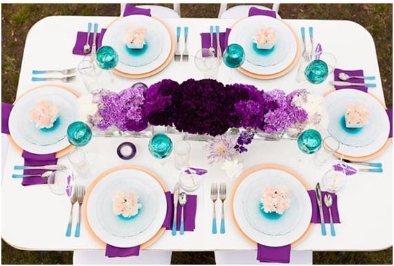 Radiant Orchid en decoración de mesa turquesa.