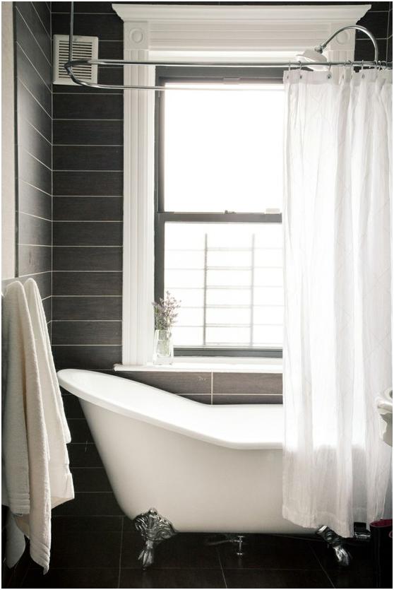 Baño en blanco y negro con bañera externa
