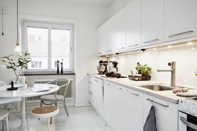 Apartamento sueco. Cocina en color blanco
