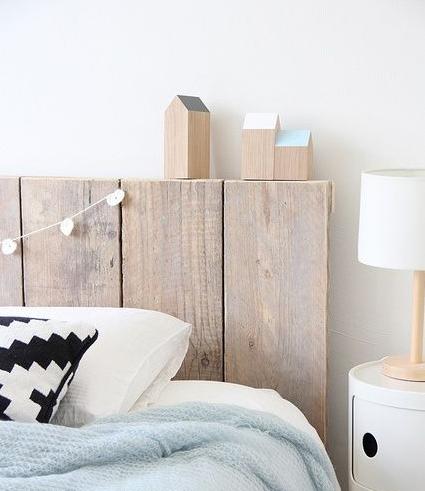 Casitas de madera en un dormitorio de estilo nórdico.