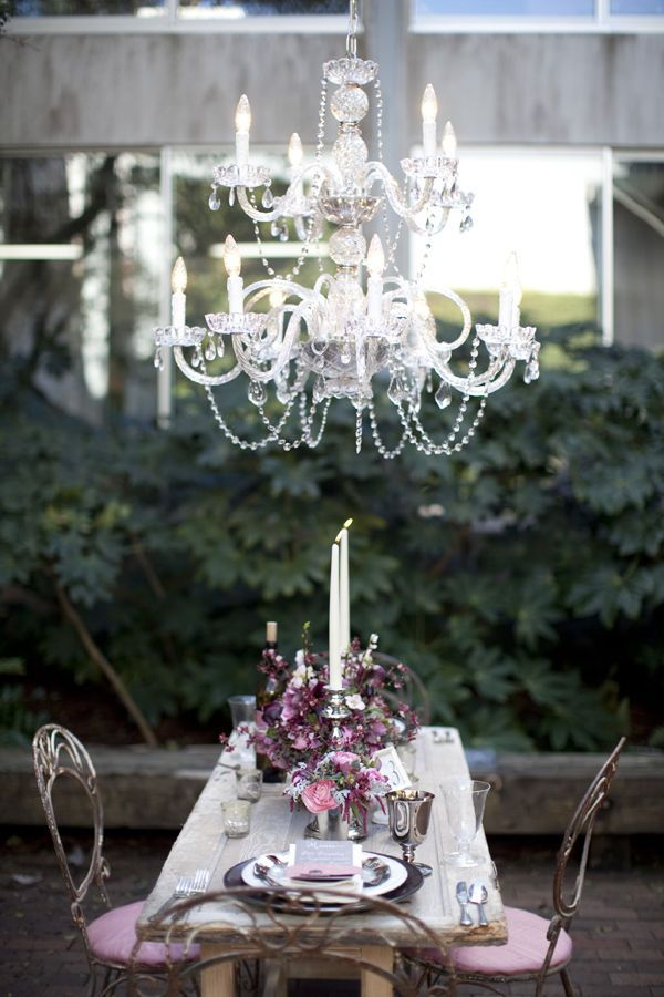 Comedor de estilo nórdico con chandelier