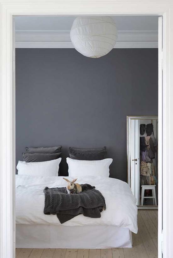 Gris y Madera natural en dormitorio