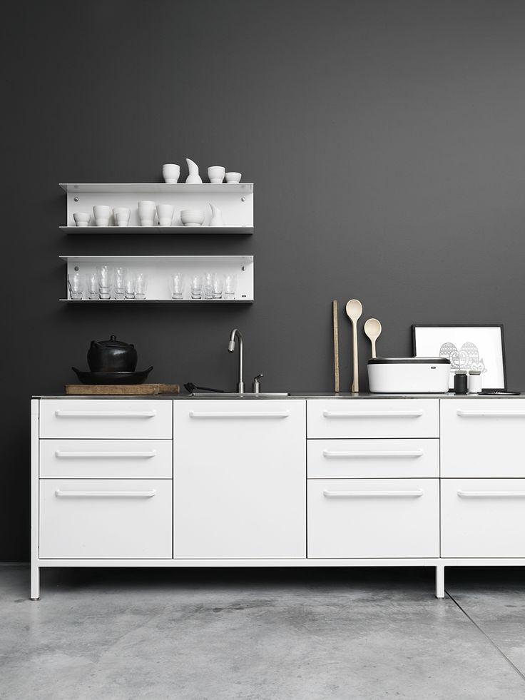 Paredes de color negro cocina blanca