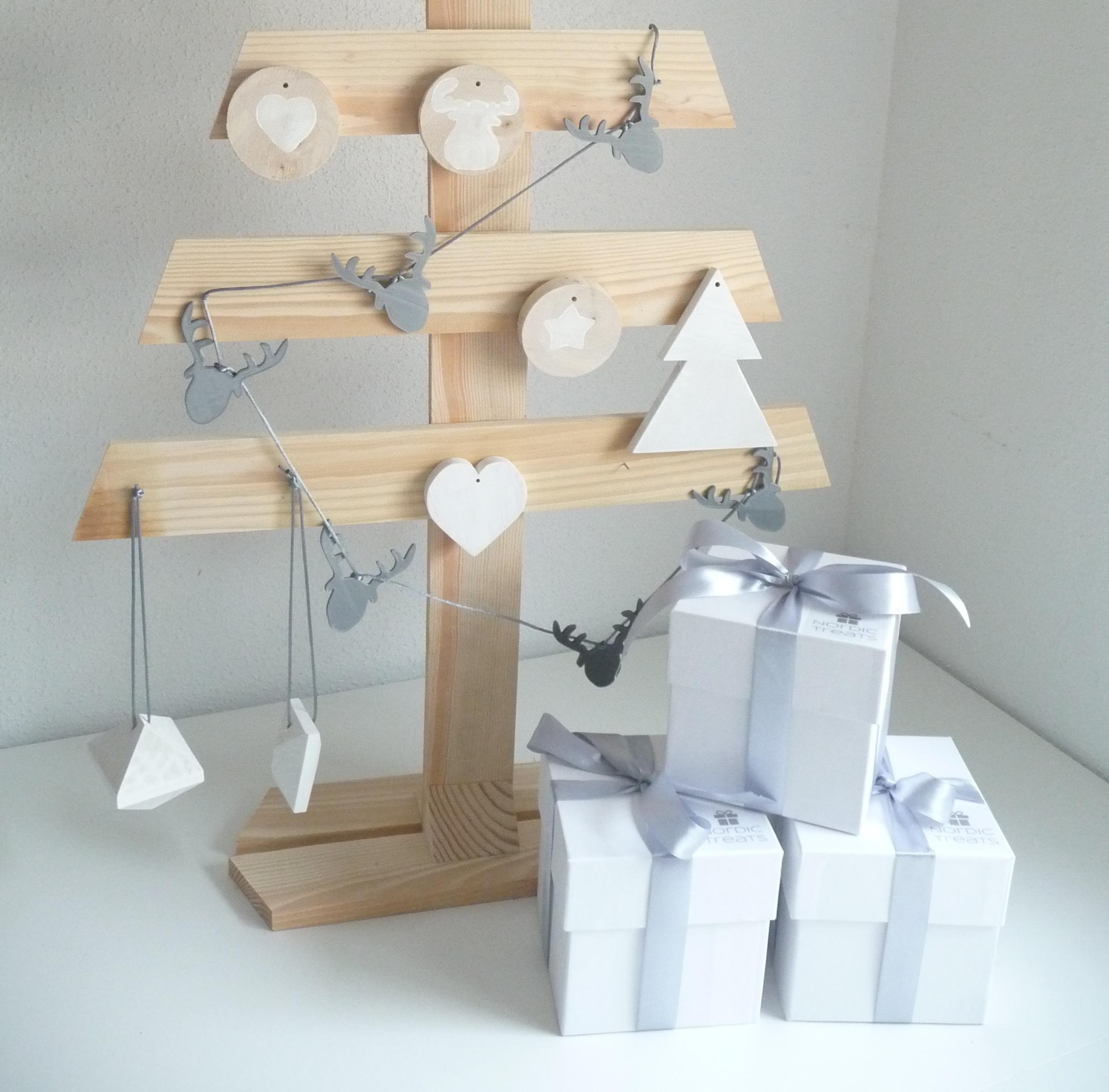 Feliz Navidad con árbol de madera estilo nórdico