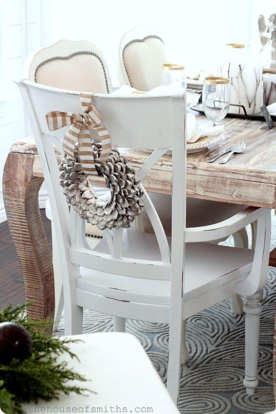 Decoración de la mesa en nochebuena coronas en sillas
