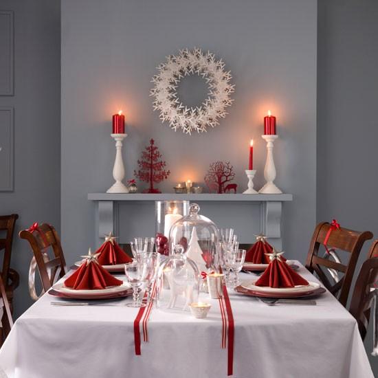 Decoración de la mesa en Nochebuena mantel blanco