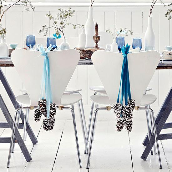 Decoración de la mesa en nochebuena en sillas