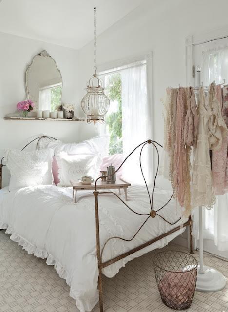 Lámpara Jaula en dormitorio romántico