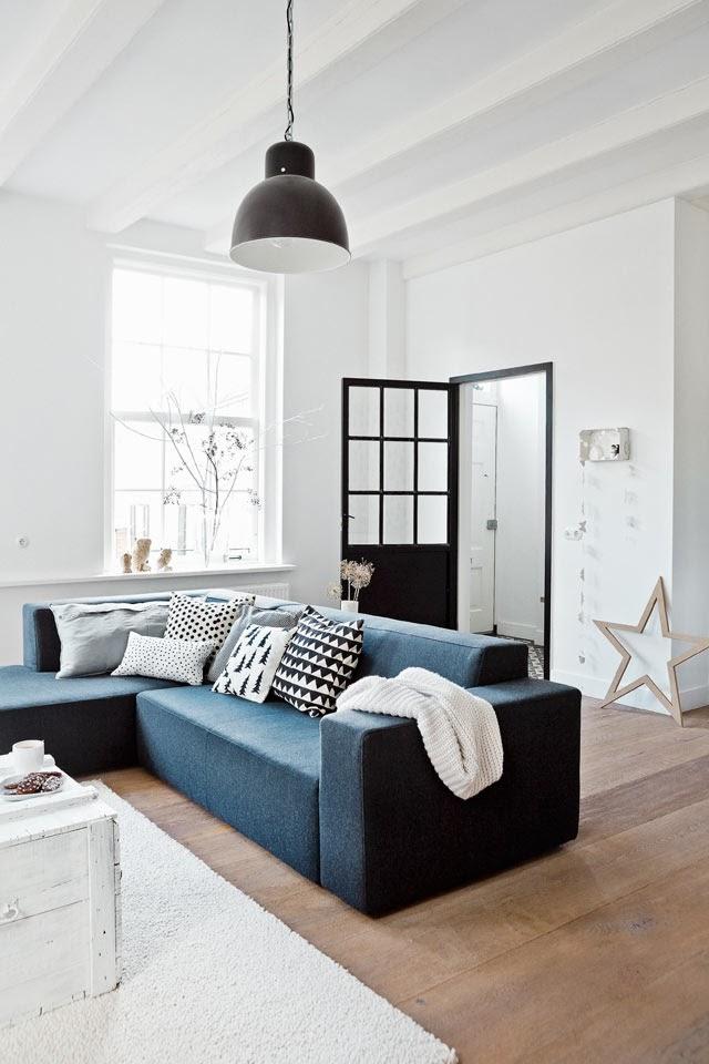 Salón con combinación de color azul y negro
