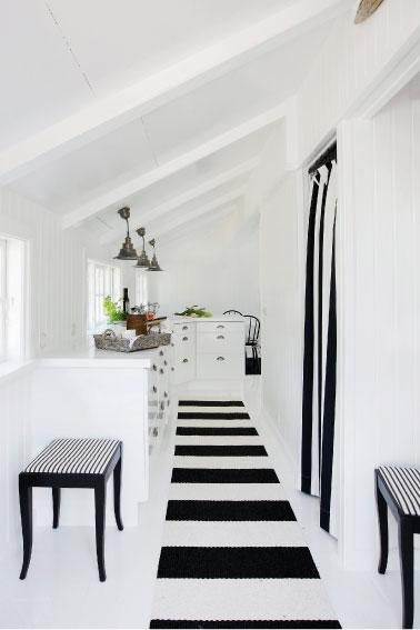 Pasillo en blanco y negro