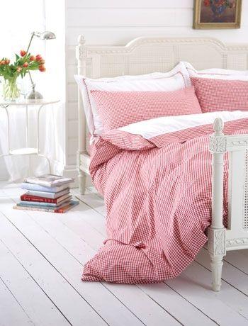 Dormitorio rústico escandinavo con color