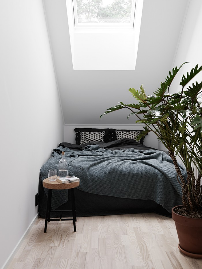 Small-bedroom-wth-a-roof-window