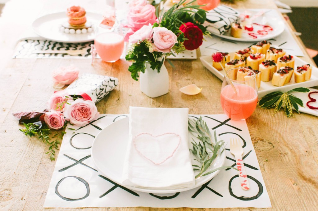 Mesa de San Valentín Llena de Color