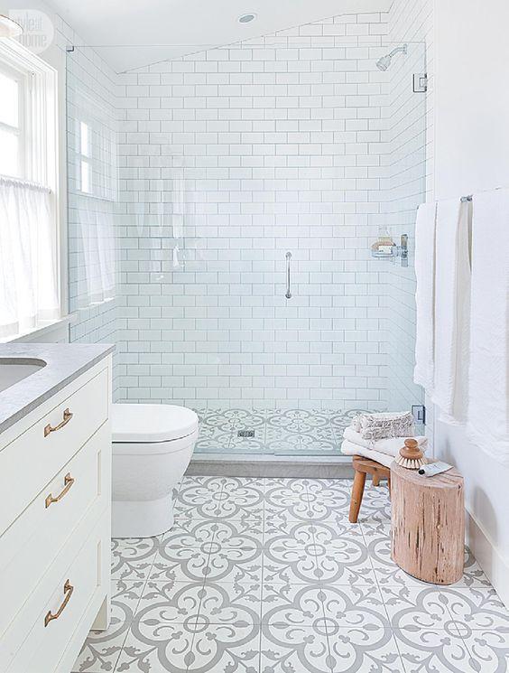 Decorar un baño blanco con baldosa hidráulica