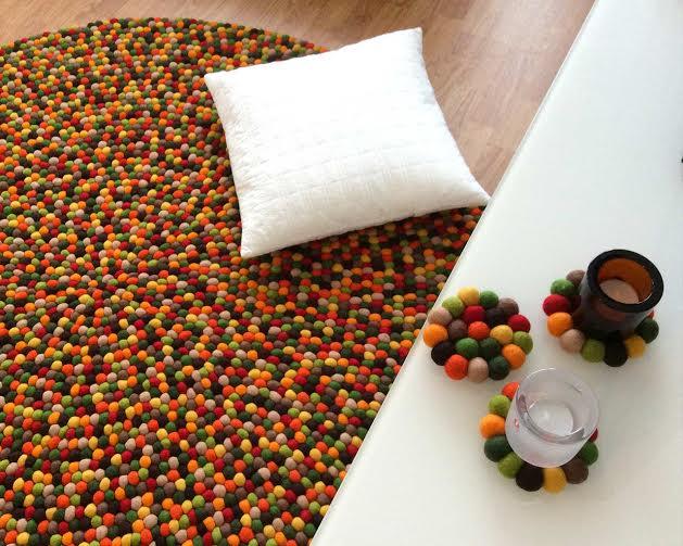 Alfombras artesanas de bolas de fieltros de colores