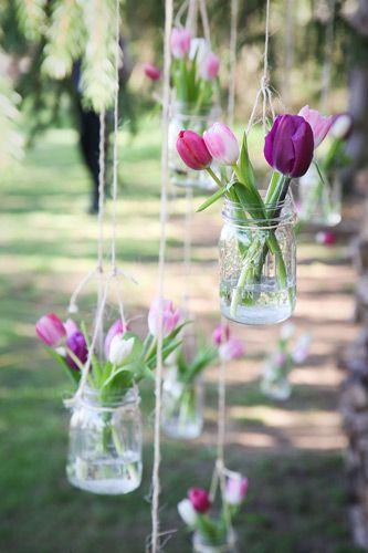 Mesa de cumpleaños con tulipanes en el exterior