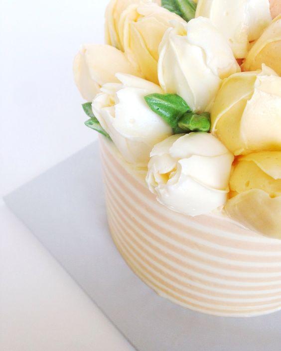 Mesa de cumpleaños con tulipanes - tarta