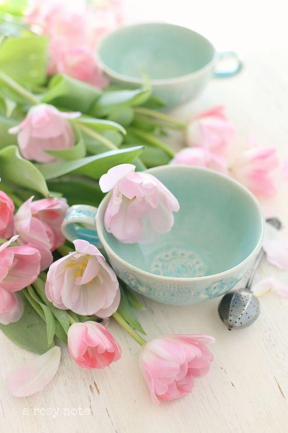 Mesa de cumpleaños con tulipanes rosas