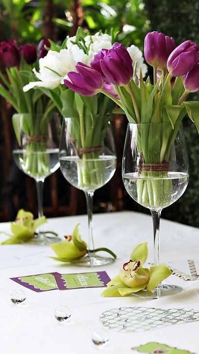 Mesa de cumpleaños con Tulipanes en copas de agua