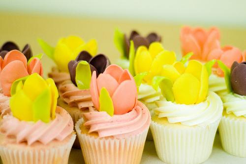 Mesa de Cumpleaños con tulipanes - cupcakes