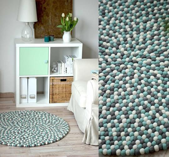 Alfombra artesana de bolas de fieltro azul