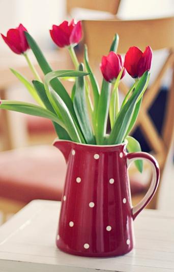 Mesa de Cumpleaños con Tulipanes y jarra roja