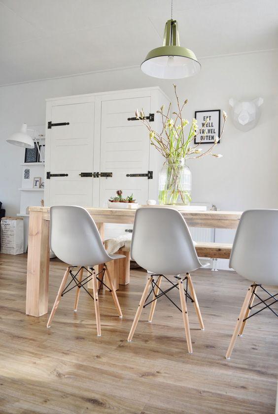 Comedores nórdicos con mesas de madera y sillas eames