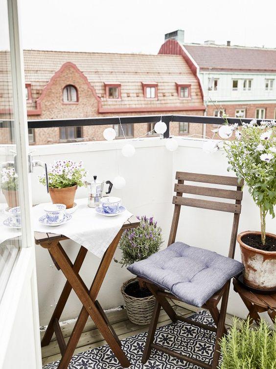 Balcones pequeños con mesa