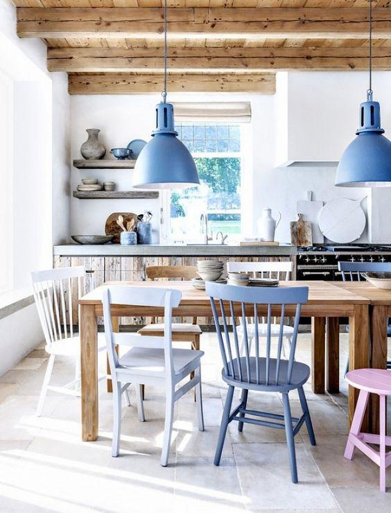 comedores nórdicos con mesas de madera y sillas de color