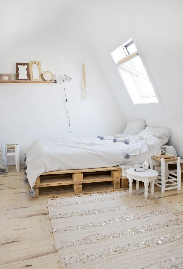 dormitorio principal con cama de pallet