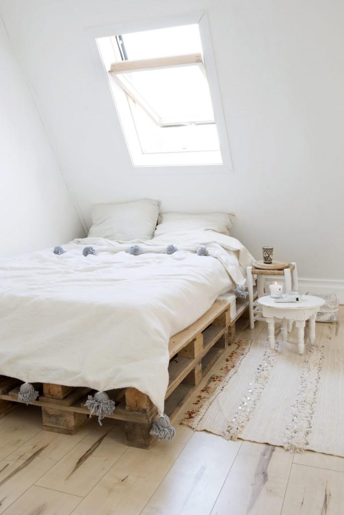 dormitorio étnico con cama de pallet