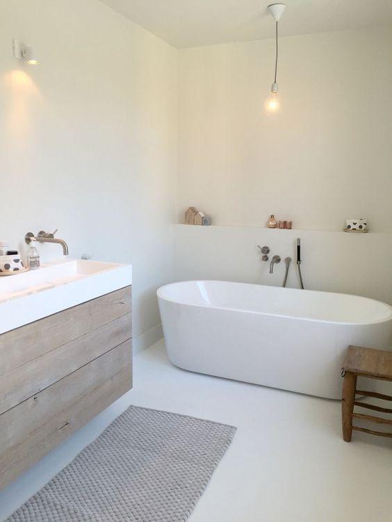 Baño de estilo nórdico con bañera