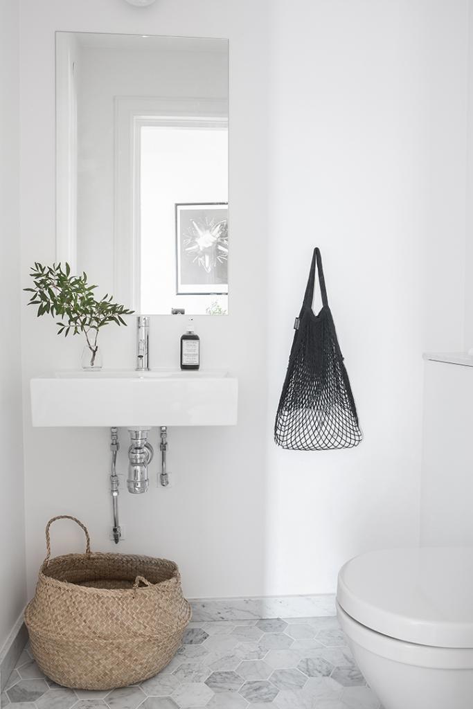 Baño de estilo nórdico con detalles naturales