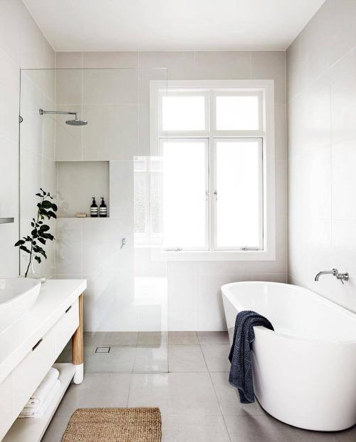baño de estilo nórdico con madera