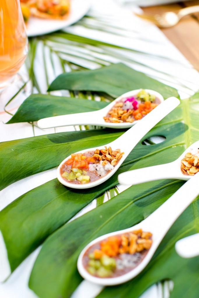 Tendencia tropical en la mesa con hojas verdes