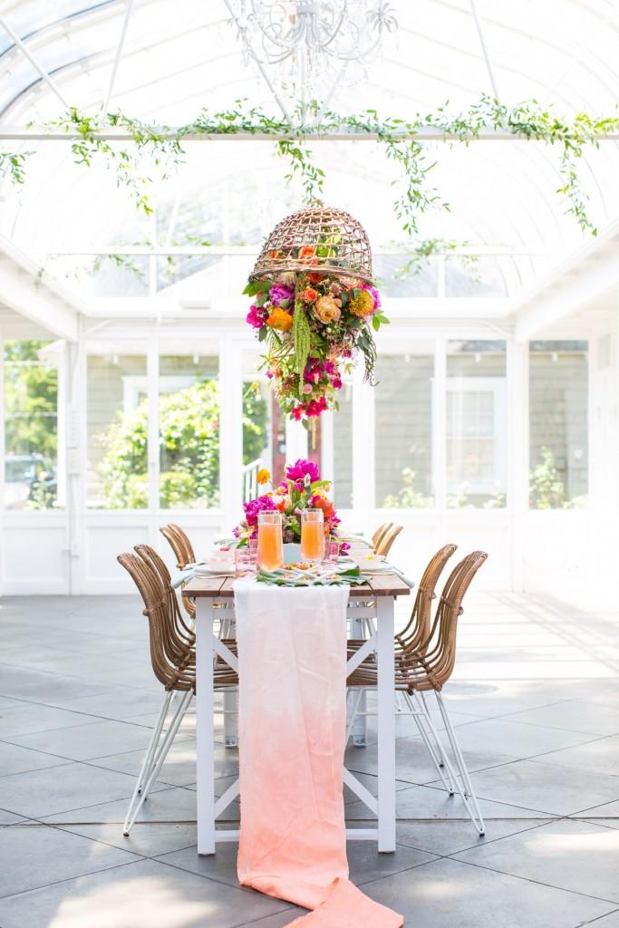Tendencia tropical en la mesa con flores