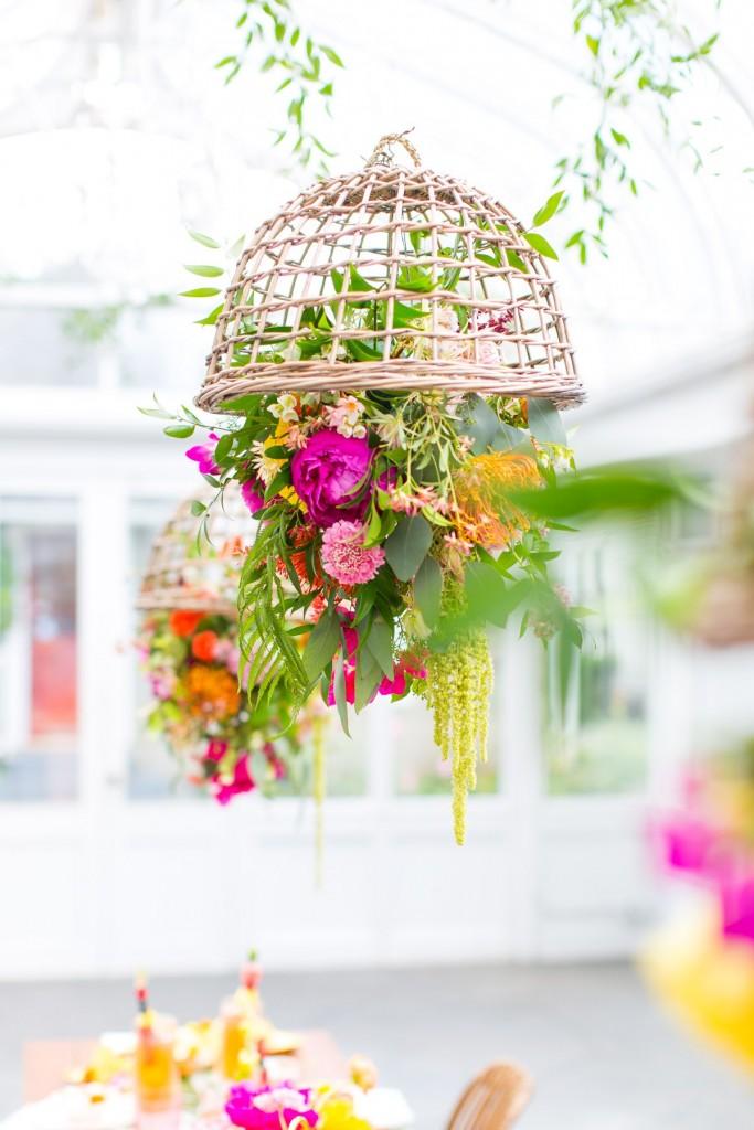 Tendecia tropical en la mesa Flores colgantes