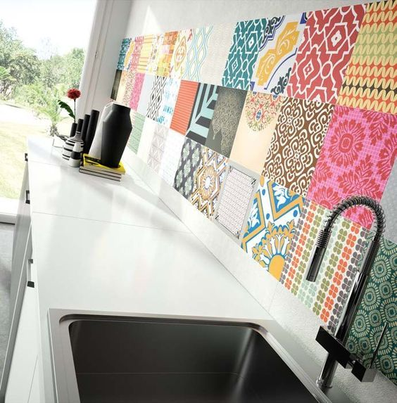 Baldosa hidráulica de color en la cocina
