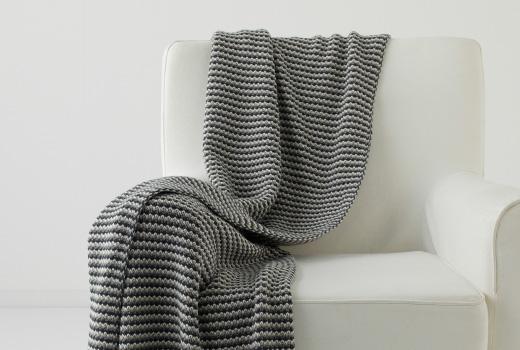 Renovar un sofá anticuado con mantas