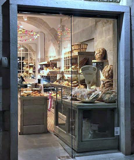 Girona está hecha para ser paseada. Y así, paseando encontrarás comercios preciosos, con reformas e interiores que te van a encantar.
