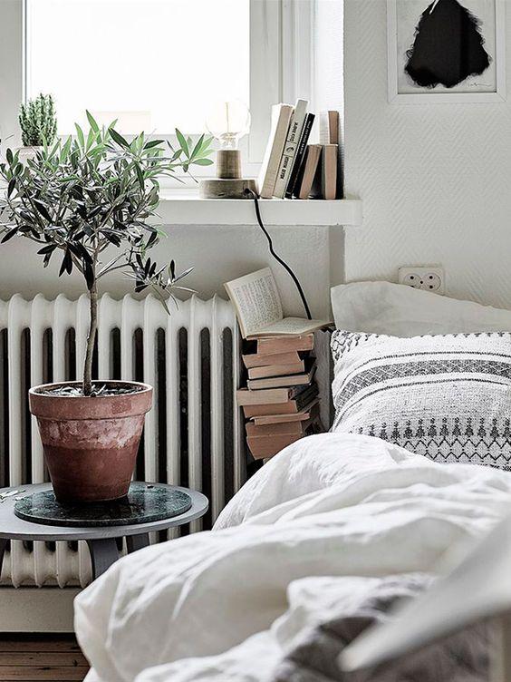 Ambiente Otoñal Radiador Antiguo en el Dormitorio
