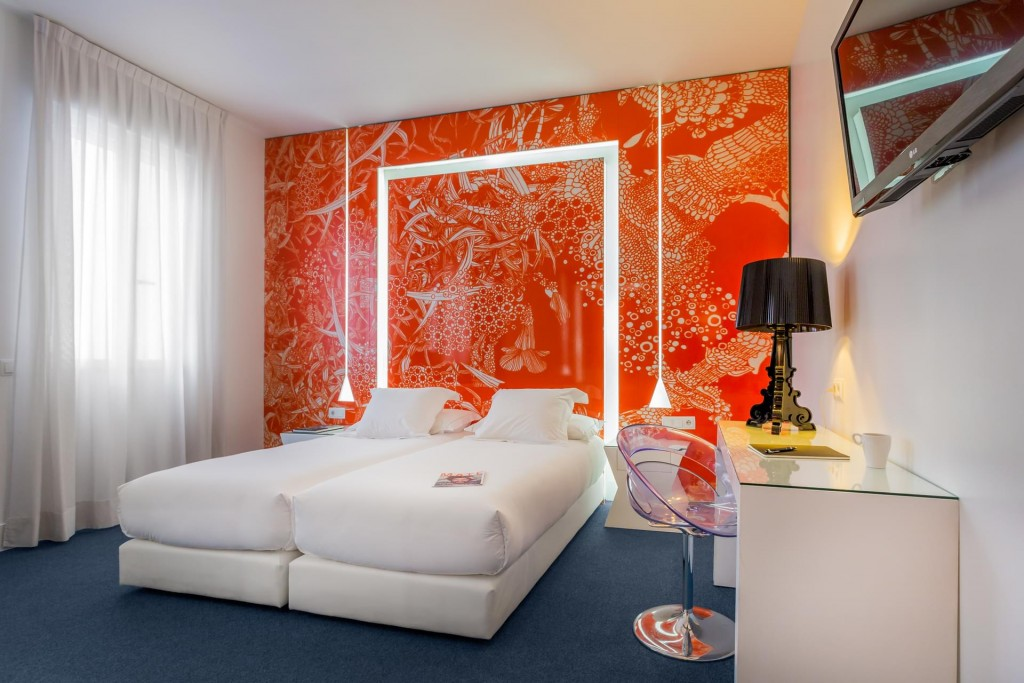 Hotel Boutique en Madrid pared naranja