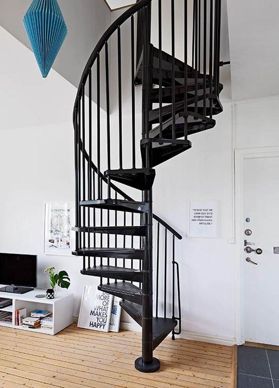 Dúplex nórdicos con escaleras de caracol negras