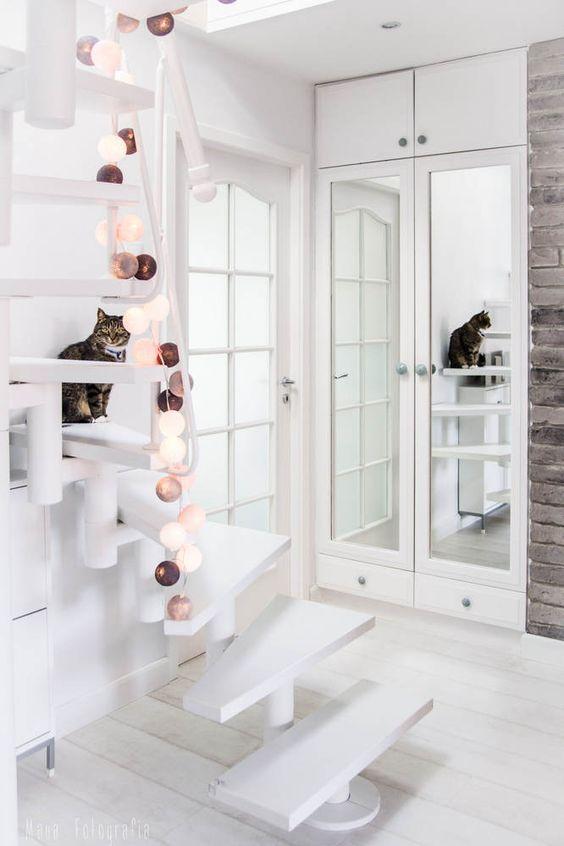 Dúplex nórdicos con escaleras de caracol con guirnaldas de luz
