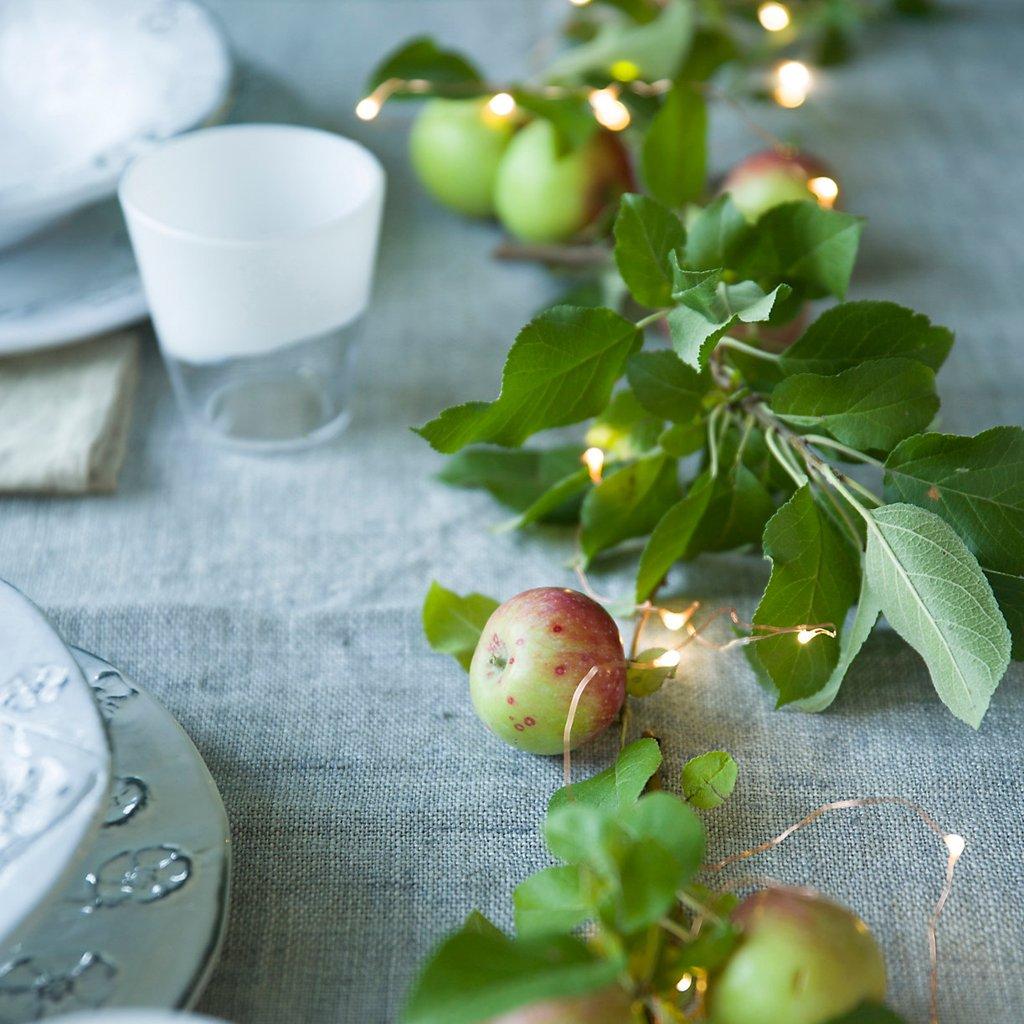 Decoración navideña en la mesa