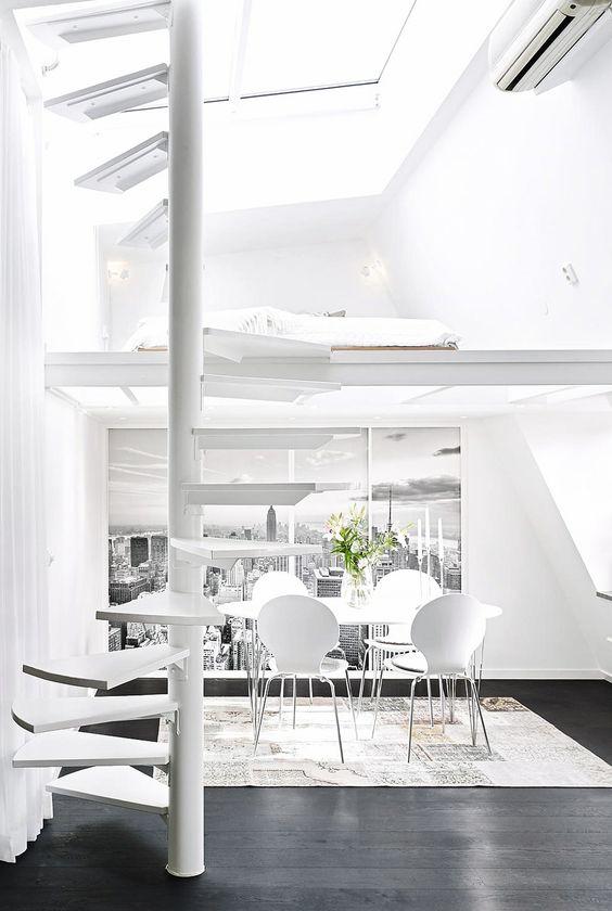 Dúplex nórdicos con escaleras de caracol blancas