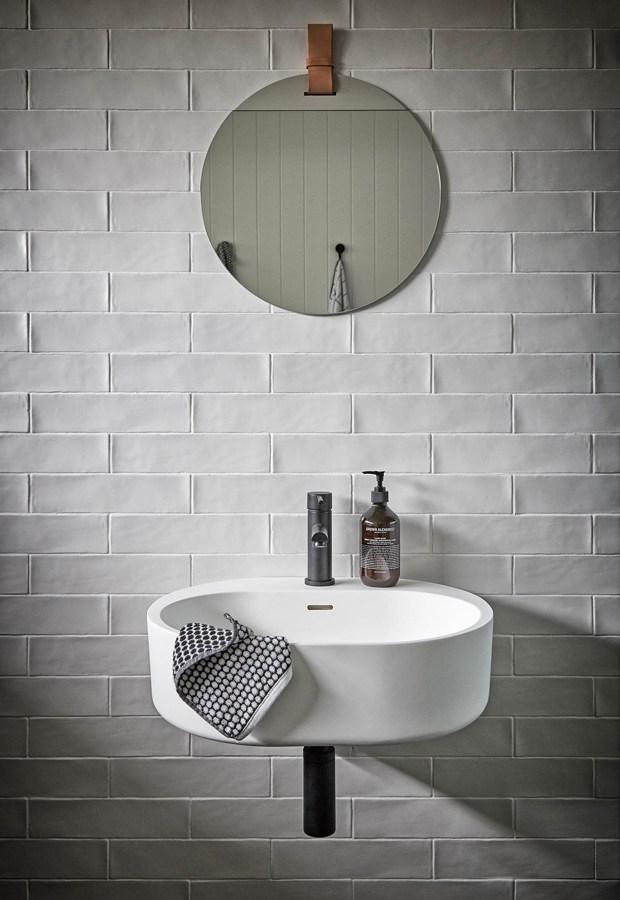 Black House en blanco y negro detalle baño