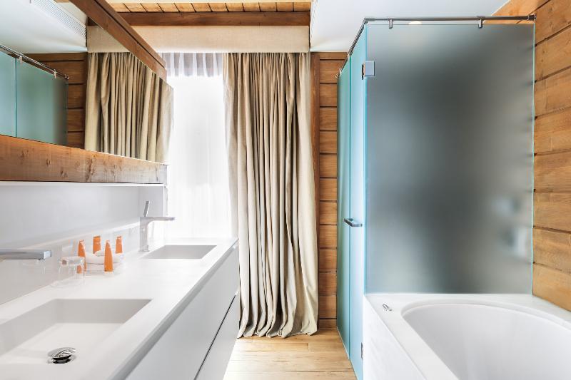 Hotel de estilo nórdico en la nieve baño