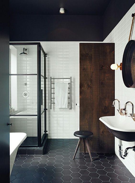 Baños con ducha en blanco y negro